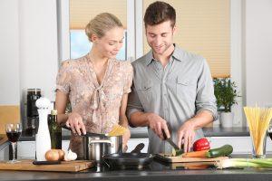 זוג מכין אוכל
