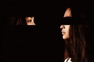 אישה עם חוסר ביטחון