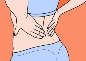 אישה מחזיקה את הגב