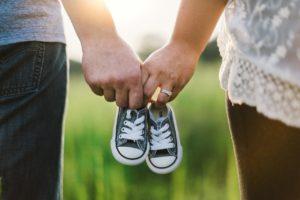 הורים מחזיקים נעל