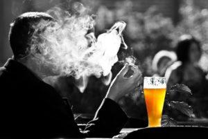 גבר שותה בירה
