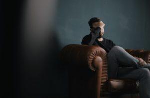 בחור במצב ייאוש הזקוק לטיפול פסיכולוגי - תמונה להמחשה
